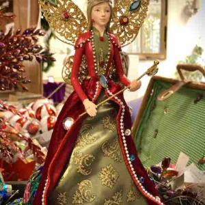 PÅ SALG! Fairy Queen, red/gold/green with wings & jewels 35cm – Gisela Graham